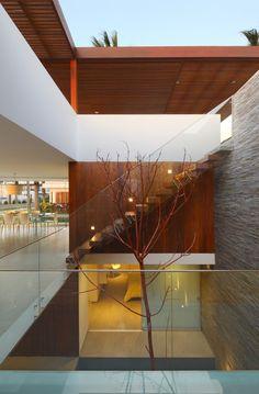 Escada de madeira com corrimão em vidro