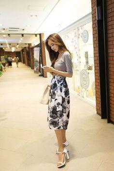 Floral skirt outfit, especially like the shoes apparel корейская мода, женс Jw Fashion, Asian Fashion, Modest Fashion, Look Fashion, Womens Fashion, Fashion Trends, Trendy Fashion, Korean Fashion Work, Fashion Ideas