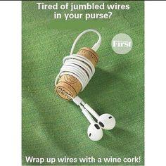 Para evitar fios emaranhados na bolsa, prenda o conector na parte de cima de uma rolha e enrole os fones no objeto. #rolha #cork #organização