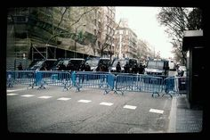 De foto en Twitter a foto de agencia... cuando en la sede del PP no es que hubiese sólo decenas de manifestantes como se dijo inicialmente, es que no podía estar prácticamente nadie (sí concentrados, algún centenar, en Alonso Martínez) / foto en Génova / http://www.diariovasco.com/rc/20130409/mas-actualidad/nacional/escraches-genova-201304092022.html (EP)