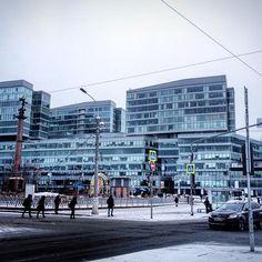 Вообще, конечно Москва - контрастный город. Вот ты только шел по тихой улочке со старыми домами, а уже через пару сотен метров выходишь на площадь с современной стеклянно-фасадной архитектурой офисный зданий. #москва #стекло #архитектура #назлобудня #контрасты