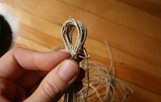 """Ekologické materiály sú stále viac a viac populárne. Značkové výrobky známych návrhárov sú však až príliš bolestné pre naše peňaženky. Existujú však alternatívne možnosti, kedy si môžete krásne módne doplnky vyrobiť vlastnými rukami. Všetko, čo budete potrebovať, je klbko motúzu alebo špagátu a korálky. Výsledok je proste """"wau""""! Takéto šperky vám dodajú ženskosť a pôvab. …"""