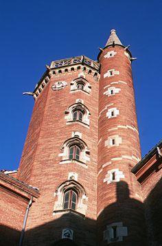 Toulouse - Hôtel de Bernuy - Toulouse - En 1504, Jean de Bernuy se fit bâtir un hôtel particulier par l'architecte Louis Privat. La construction se poursuivit jusqu'en 1530. Sa prodigieuse fortune lui permit de faire édifier sur sa demeure la tour la plus haute de la cité (symbole de puissance et signe de reconnaissance des personnages importants de la cité). Haute-Garonne dept. - Midi-Pyrénées région, France