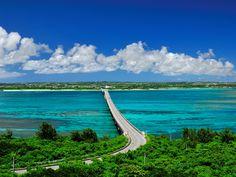 宮古島と来間島を結ぶ「来間大橋」は、とびきり美しい風景が望めることで知られる場所。サンゴ礁の海に架かる真っ直ぐな橋は、宮古諸島を代表する絶景ドライブルートとして愛されています。