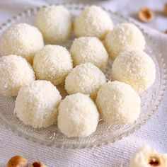Raffaello Coconut Balls - Happy Foods Tube - - Looking for homemade edible gift ideas? Raffaello coconut balls make the perfect gift for your loved ones. They are no bake & ready in 15 minutes! Kokos Desserts, Coconut Desserts, Coconut Cookies, Coconut Recipes, Baking Recipes, Lemon Ricotta Cookies, Greek Cookies, Coconut Truffles, Easy To Make Desserts