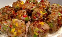 Mięsno-warzywne klopsiki w sosie pomidorowym Podrzucam dziś inspiracje na przepyszny a zarazem w miarę szybki obiad. Aromatyczne i soczyste klopsiki z mięsa mielonego i warzyw utopione w pomidorowym sosie. Danie można podać z ryżem, makaronem, kaszą lub ziemniaczkami.  Składniki: 0,5 kg mięsa mielonego – wieprzowego 1 jajko 1 czerwona papryka 1/2 szklanki kukurydzy konserwowej … Dhal, Party Buffet, Food And Drink, Healthy Eating, Cooking Recipes, Chicken, Dinner, Vegetables, Ethnic Recipes