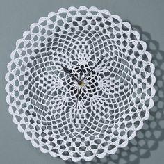 O piesă delicată din gama decoraţiunilor de interior este ceasul alb din dantelă de diametru 30 cm Retro, Crafts, Vintage, Craft Ideas, Diy Ideas, Handmade Crafts, Vintage Comics, Diy Crafts, Craft