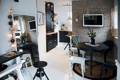 Mieszkanie z białą podłogą i czarną kuchnią na poddaszu - Lovingit.pl