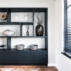 Deze zwarte kast geeft met de vakverdeling een strakke en luxe uitstraling in het interieur. Bookcase, Shelves, Inspiration, Furniture, Home Decor, Glass Display Case, Lush, Biblical Inspiration, Shelving