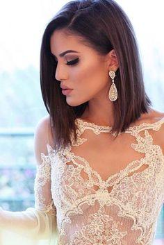 frisuren halblang, weißes kleid mit spitze, kurze, glatte braune haare, große ohrringe