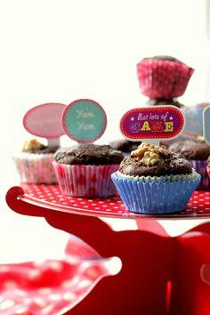 Oggi facciamo insieme un dolcetto semplicissimo che potrete preparare in pochissimi minuti per la merenda dei vostri bimbi oppure per una festicciola in famiglia. i Muffin al cacao e noci sono legg…