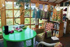 Im Atelier . #Impression #wool #knitting #stricken #Wolle #Pullover #Wintergarten #Einrichtung #Landhausstil #Impressionen #Sessel #gemütlich #Atelier Curtains, Pullover, Home Decor, Atelier, Winter Garden, Cottage Chic, Wool, Armchair, Breien