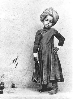 love this below-the-knee traditional indian dress - Kurta? Love the turban. What a nonchalant little fellow~! Unknown people  by @Raghu Rai