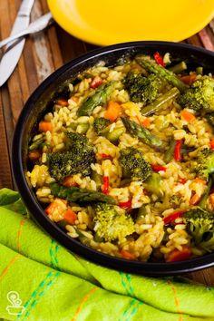 Essa receita não tem pretensão de ser fiel a verdadeira paella, mas pesquisei algumas técnicas até chegar nessa versão simples e deliciosa e vegetariana