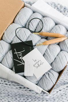 Knit a blanket in a weekend! Easy beginner pat… – Knitting For Beginners 2020 Easy Knit Blanket, Crochet For Beginners Blanket, Chunky Blanket, Knitting For Beginners, Wool Blanket, Knitting Projects, Knitting Patterns, Crochet Patterns, Crochet Projects