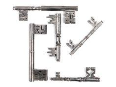 Hohl- und Volldornschlüssel, teilweise in Vierpassform. Unterschiedlich komplizierte Bärte mit Rippen, Mittelbrüchen und Reifen. Alters- und Gebrauchssp. ...