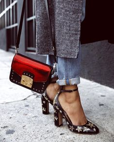 I love the shoes as much as the crossbody bag. Look Fashion, Street Fashion, Fashion Shoes, Winter Fashion, Fashion Accessories, Womens Fashion, Fashion Trends, Jewelry Accessories, Hipster Accessories