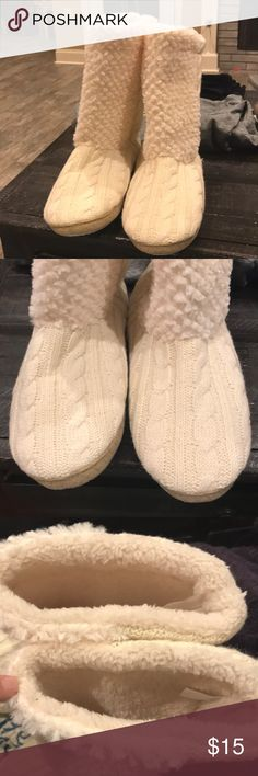 Slippers xlarge Like New. Purchased and haven't worn. Been sitting in the closet. Xl 91/2-101/2 Shoes Slippers