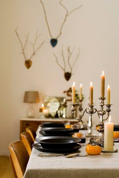When it comes to decorating the holiday table, we say: the simpler, the better. Start with natural basics, add lights, and keep the rest neutral. Here are 10 that followed the recipe to great success.