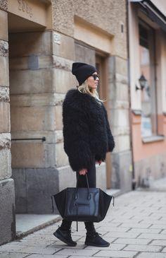 Black coat PELLOBELLO - Beanie H&M - Shoes NIKE - Bag CÉLINE | Linda Juhola