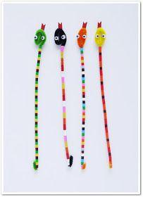 Material:   - Limpiapipas.  - Hama beads de Ikea.  - Cartulina roja.  - Ojos móviles.  - Pegamento.  - Tijeras.       Pasos:   - Doblamos...