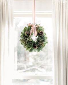 A Pretty And Festive Holiday Home Tour Full Of Affordable Pieces - wreath in window, christmas window, simple christmas wreath hanging in window Noel Christmas, Merry Little Christmas, All Things Christmas, Winter Christmas, Xmas, Christmas Tables, Christmas Crafts, Diy Adornos, Boho Deco