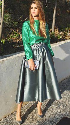 Alquiler de vestidos y accesorios - Dresseos- la blogger #anavera con falda midi metalizada, cinturón de flores de #verdemint y blusa verde de dresseos