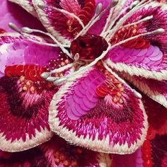Je commence l'assemblage de mes pétales #embroideredflower #fleur #paillettes #tambourbeading #crochetdeluneville #créatrice78#coutureembroidery