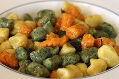 Ricetta per gli gnocchi tricolore, a base di patate, zucca e coste: un piatto colorato e gustoso per un'allegra giornata di festa.