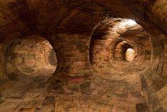 Brazilian artist Henrique Oliveira has created a wooden labyrinth installation that spans across the corridors of Museu de Arte Contemporânea. Nail Swag, Sculptures Céramiques, Sculpture Art, Land Art, Repurposed Wood, Museum Of Contemporary Art, Modern Art, Space Gallery, Creative People