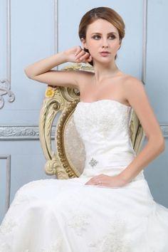 Herz-Ausschnitt High Low A-Linie Applikation Knopfe Strand-Brautkleid aus Spitze
