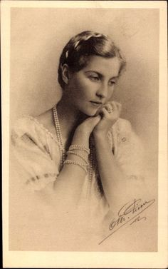 Countess Isabelle of Paris Hugues Capet, French Romance, Royal Photography, French Royalty, Isabelle, Vintage Vanity, Close Up Photos, Woman Face, Vintage Photos