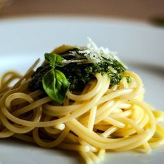 Pesto s chlorellou a macou Pesto Pasta, Macau, Spaghetti, Food Porn, Italy, Plates, Ethnic Recipes, Pine Tree, Stuffed Pasta