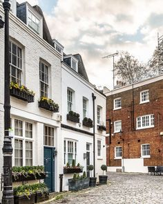 A mews street in Belgravia, London. This area has some of the prettiest streets in the UK capital. Bridgewater House, Gothic Buildings, Mews House, London Townhouse, London Tours, Houses Of Parliament, Parcs, London England, That Way