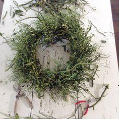Working mess 🌿 #xmas #adventus #winterwreath #mistletoe #messy #workinprogress #wegrowflowers #flowerdeli #countryliving