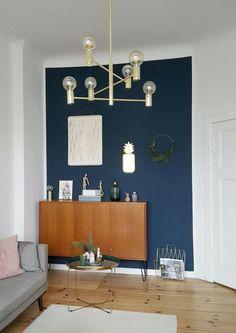 Vintage-Flair im Wohnzimmer von Pixiswelt mit Retro-Sideboard und goldenen Details wie Lampe, Zeitschriftenhalter und Beistelltisch #vintage #interior #interiordesign