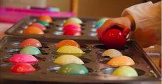 In Muffinformen Eier färben