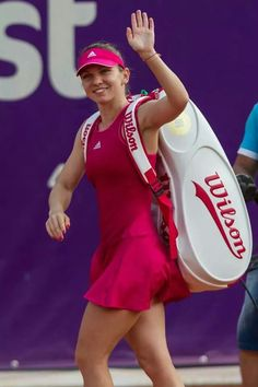 Simona #Halep inizia a giocare a tennis a quattro anni. E' una tennista rumena classe 1991, Altezza 168 cm Peso 60 kg miglior ranking WTA (alla data di Luglio 2015)  è N.2 nel 2014