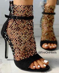 Cute black high heels with peep toes and white nails Beauty And Fashion, Trend Fashion, Fashion Shoes, Style Fashion, Petite Fashion, Fashion Bloggers, Curvy Fashion, Fall Fashion, Vetements Shoes