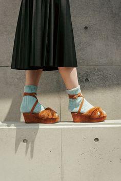 「GINZAのおしゃれA to Z」今秋のFOOT-STYLE3選04 – 靴下はかない足元じゃ、ろくな恋もできないわ | GINZA | FASHION