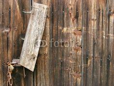 Alte Scheune mit Vorhängeschloss und Kette in Rudersau bei Rottenbuch in Oberbayern