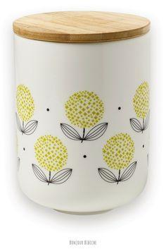 Pot en porcelaine décoré à la main. Un pot hermétique avec couvercle en bois pour stocker capsules de café, herbes aromatiques et autres aliments à conserver à l'abri de l'air et de la lumière. A poser sur l'étagère de la cuisine pour une décoration gaie et colorée ! On aime le motif rétro, signature de la marque Mr & Mrs Clynk, marque française à l'univers scandinave et vintage. D'autres bocaux disponibles sur l'esho déco de @bonjourbibiche <3