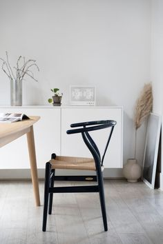 The limited edition Wishbone chair in a white dining room Scandinavian Interior Design, Modern Interior, Modern Office Design, Slow Living, Wishbone Chair, Danish Design, Home Decor Bedroom, Decoration, Home Decor Inspiration