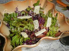 Cinco sentidos na cozinha: salada de alface, couve roxa e queijo de cabra cur...
