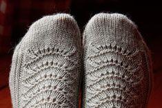 AnniKainen puikoissa: Pitsisukat Lace Socks, Crochet Socks, Knitting Socks, Knitted Hats, Mittens, Knitting Patterns, Winter Hats, Slippers, Diy Ideas
