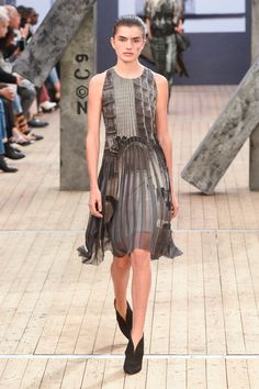 The complete Akris Spring 2019 Ready-to-Wear fashion show now on Vogue Runway. Spring Fashion Trends, Fashion Week, Fashion Outfits, Couture Fashion, Runway Fashion, Black Leggings Style, Moda Paris, Fashion Prints, Fashion Design