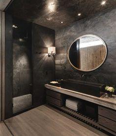 nice Idée décoration Salle de bain - salle de bains sombre et glamour aménagée avec un meuble sous-vaque en bois ma...