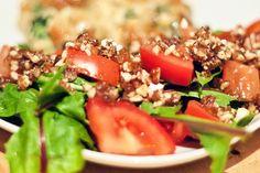 Tomaten-Loewenzahn-Salat mit Dattel-Nuss-Dressing #Rezept #Vegan