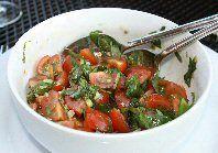 Tomaten-basilicum salade
