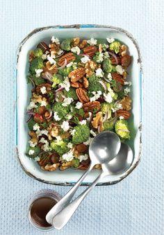 Salade de brocoli et de raisins rouges au fromage de chèvre Pasta Salad, Cobb Salad, One Pot Spaghetti, Cold Meals, Hummus, Food Inspiration, Acai Bowl, Broccoli, Nutrition
